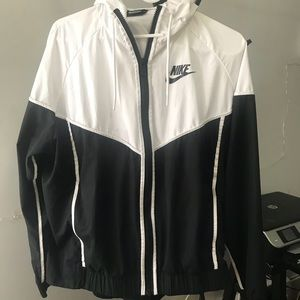 Brand new Nike Wind Breaker!!😎😎🖤🖤
